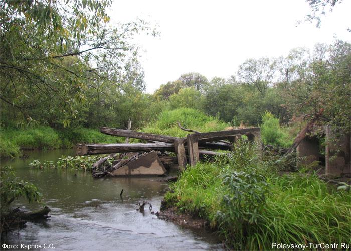 Развалины Горбатого моста на реке Западная Чусовая в окрестностях южной части города Полевского. Фото Карпов С.О., 2012 г.